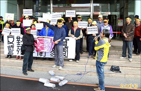 反對龍岡路拓寬民眾,昨天上午到市府陳情、抗議。(記者謝武雄攝)