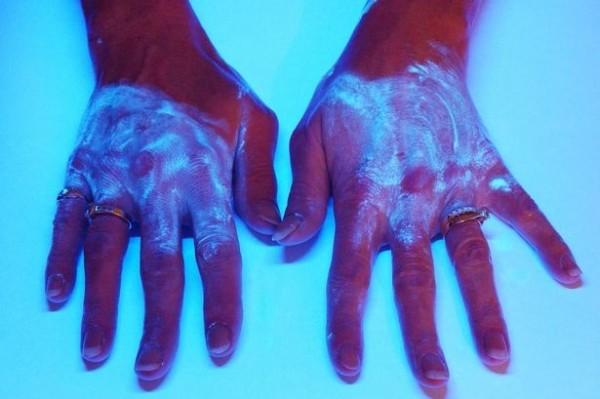 由於一般人都不會將手徹底清潔乾淨,然後在使用噴射式出風烘手機時,會把手上可能附著的沙門氏菌、大腸桿菌等細菌傳播出去,甚至可將細菌噴到1.5公尺之外。(圖擷取自英國鏡報)
