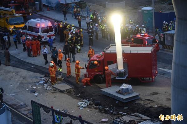 台中捷運文心北屯交叉路段吊掛鋼樑掉落,時近傍晚,消防隊調來照明設備協助救災。(記者廖耀東攝)