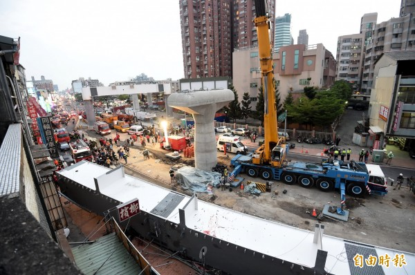 台中捷運文心北屯交叉路段吊掛鋼樑掉落,造成4死4傷意外事故。(記者廖耀東攝)