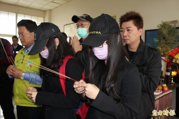 蘇家蓁靈堂設在彰化市大埔殯儀館,留下的2名愛女,難掩悲痛,泣不成聲。(記者張聰秋攝)