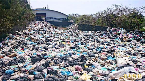 小琉球垃圾滿溢。(記者陳彥廷攝)