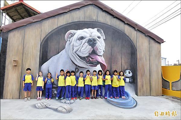 「隱藏版」打卡景點,彰化縣竹塘鄉長安國小3D彩繪鬥牛犬。(記者劉曉欣攝)