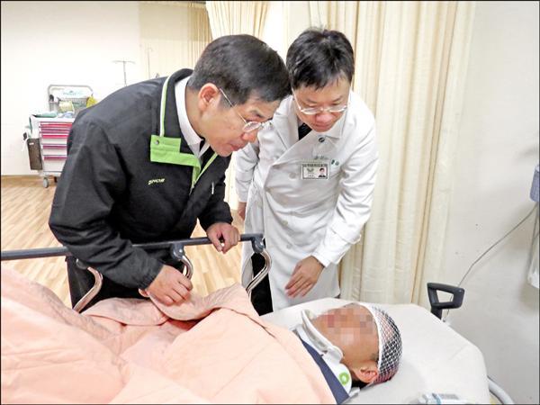 台中市副市長潘文忠探視受傷的陳姓工人。(記者歐素美翻攝)