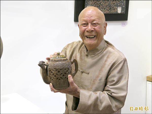 竹南蛇窯創辦人林添福展示雙層拉坯、鏤空的作品「雙層鳳凰」,並解說創作原由。(記者鄭鴻達攝)