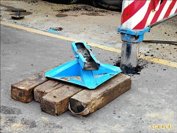 太早解開鋼樑吊耳,鋼樑掉落導致吊車支撐腳陷入柏油路面。(記者林良昇攝)