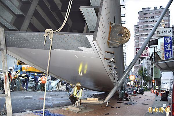 鋼樑重壓之下,路燈桿當場折斷變形。(記者張瑞楨攝)