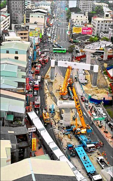 台中捷運文心北屯交叉路段吊掛鋼樑掉落,造成4死4傷的意外事故,現場令人怵目驚心。(記者許國楨翻攝)