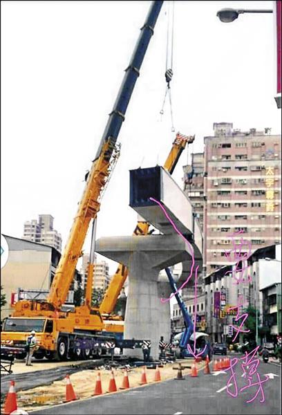 啟德機械起重工程董事長胡漢龑表示,中捷工程的鋼軌呈弧狀,施工單位也必須在鋼軌頭、尾或中段裝設支撐架,才能有效防止意外發生。(胡漢龑提供)