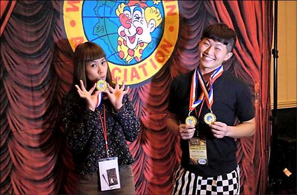 世界小丑大賽,周子汧(右)、白純鳳分別獲得銀牌。(圖:周子汧提供,文:記者葉永騫)