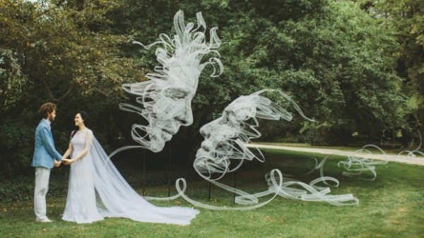 班傑明的作品巨大卻輕盈的漂在空中交織成兩人互相凝視的深情臉譜,素雅清新又浪漫。(圖擷取自坎培拉時報)