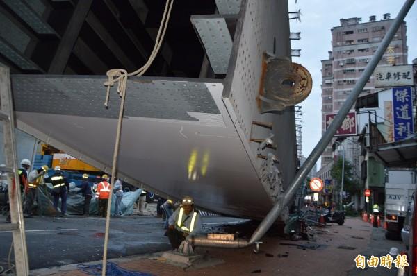 台中市捷運工程昨天發生嚴重工安事故,在209公噸的重壓之下,路燈桿當場折斷變形。(資料照,記者張瑞楨攝)