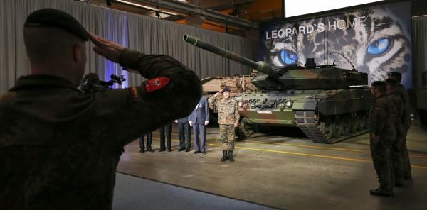 德國國防部宣布將把已封存的100輛豹2型坦克調回現役。(路透)