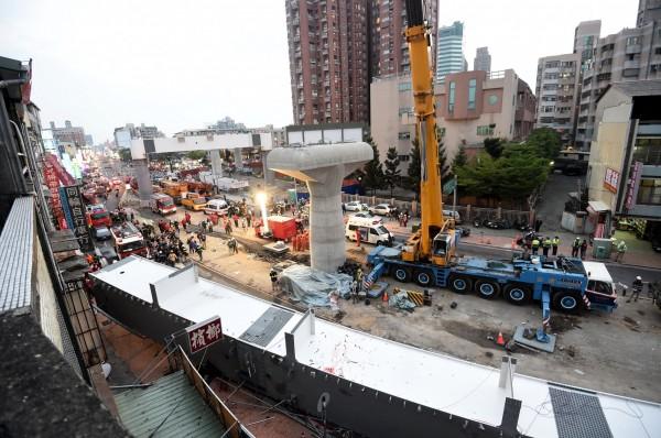 台中捷運工程發生鋼樑掉落意外,損害範圍已陸續修復。(記者廖耀東攝)