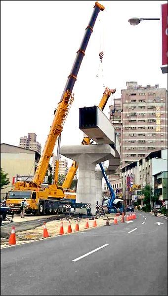 台中捷運工程二Ο九噸曲型鋼箱樑掉落,造成四死四傷,台中檢方初步認定中鋼結構公司「偷工」,發生工安意外。圖為事發前現場作業畫面。(取自網路)