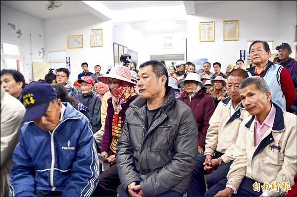 彰化縣大城鄉台西村民拿著自己的報告,聽詹長權分析結果,憂慮之情全寫在臉上。(記者顏宏駿攝)