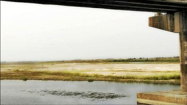 高屏溪床川流量下降,溪床枯竭偶可見底,揚塵侵襲周邊學校、住戶。(林立輝提供)