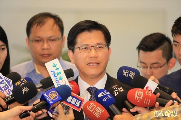 中捷意外後,台中市長林佳龍表示,市府將增加罰則、強化稽查,並檢討合約。(記者張菁雅攝)