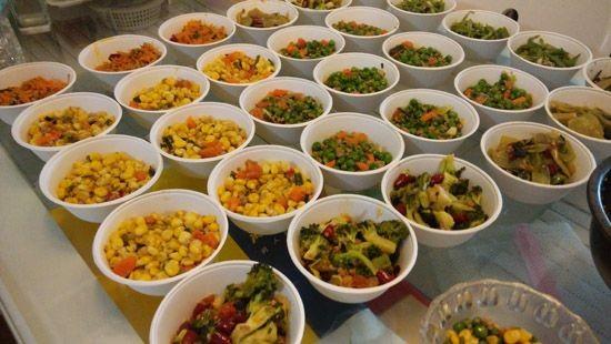 數十碗飯菜還要借用鄰居冰箱儲藏。(圖擷取自《人民網》)