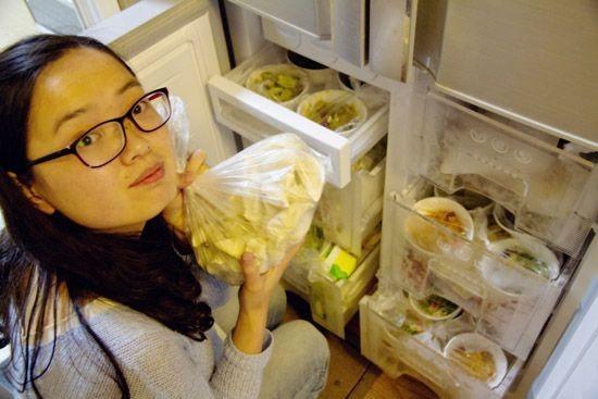 27歲駐藏的上尉軍官尹雲峰為妻子準備大量美食。(圖擷取自《人民網》)