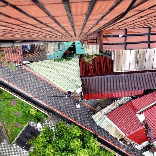 女高職生從8樓墜落防火巷,將遮雨棚撞出大洞。(記者余衡翻攝)