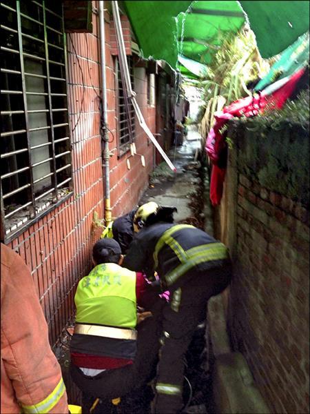女高職生從8樓墜落防火巷,救護人員在現場替她急救。(記者余衡翻攝)