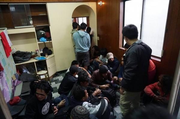 移民署在狹小空間內逮了22名逃逸外勞。(記者蔡彰盛翻攝)