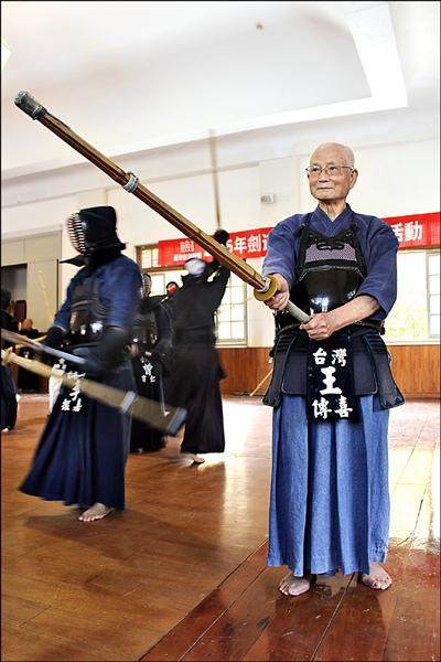 88歲王傳喜打劍道少年打到老,筋骨靈活,練出一身好體力。