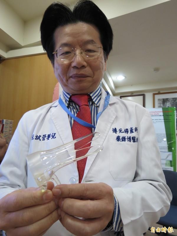 婦科的「鴨嘴鉗」也能治療陰道痙攣的工具,圖為醫生非當事人。(記者林良哲攝)