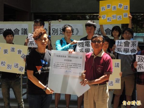 楊育成(右)代表校長楊弘敦簽署同意書,學生可望出席行政會議。(記者洪定宏攝)