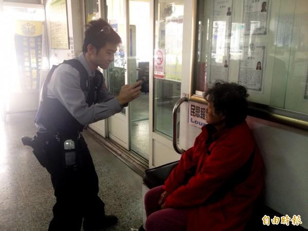 竹南派出所警員廖國雄使用「M-POLICE」的「人臉辨識系統」查出老婦身分,聯繫到她的媳婦帶回。(記者彭健禮攝)