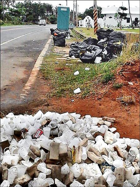 昨天早上恆春路旁滿是鐵人賽垃圾。(記者蔡宗憲翻攝)