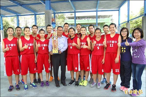 新營太子國中女籃隊拿下校史第一座全國國中籃球聯賽女生乙級冠軍。(記者楊金城攝)