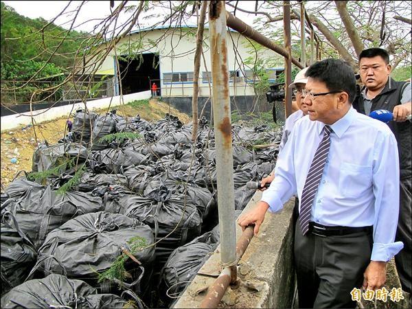 縣長潘孟安巡視小琉球垃圾問題。(記者陳彥廷攝)