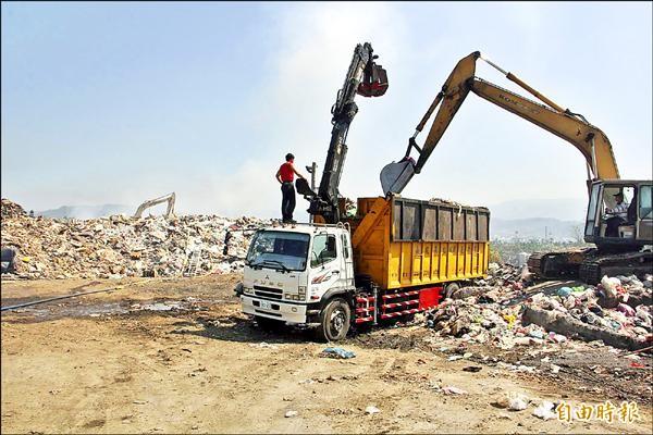 南投縣目前有7000噸垃圾無法外運,暫堆在7鄉鎮市內,南投市堆積的垃圾,之前就曾因產生沼氣而悶燒。(記者陳鳳麗攝)