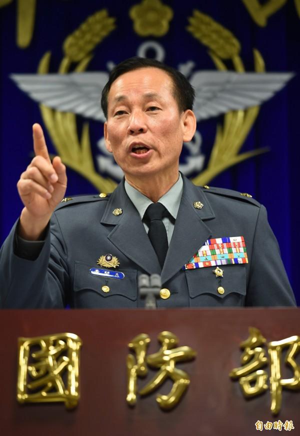 陸軍司令部發言人黃開森少將14日說明602旅中尉飛行員黃嘉偉將眼鏡蛇直升機飛行頭盔給陳姓前女友戴上,並拍照留念一案,黃中尉已停飛,等候調查。(記者張嘉明攝)