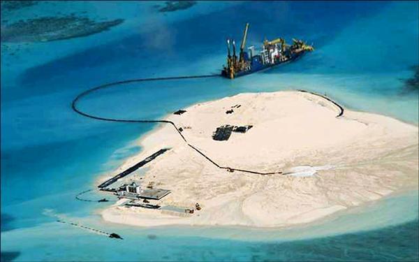 中國宣稱南海主權動作頻頻,菲國總統發出警告,圖為中國控制的南沙群島赤瓜礁。(法新社檔案照)