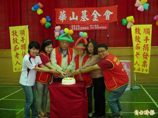 開元國小為88歲吳奶奶(右三)舉辦圓夢慶生會。(記者蔡文居攝)