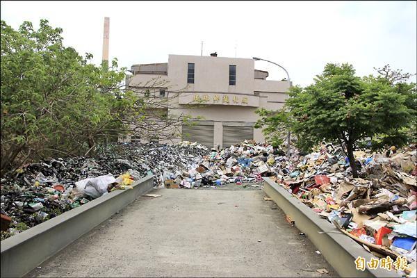 琉球垃圾問題延燒,但民眾諷唯一不燒的就是島上停擺逾十年的焚化爐。(記者陳彥廷攝)