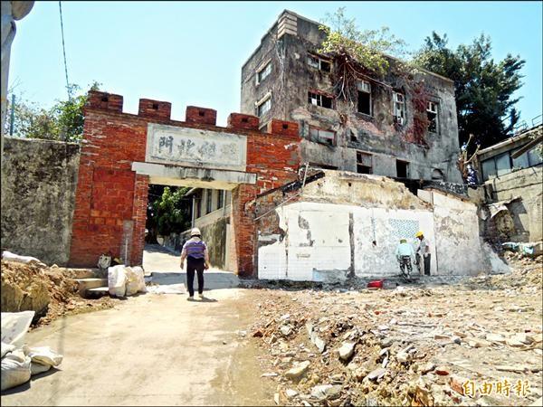 宿舍拆除後,古蹟雄鎮北門兩邊圍牆終於重見天日。(記者王榮祥攝)