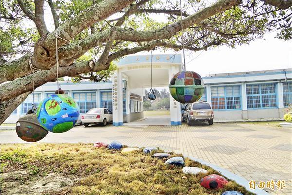 廢棄浮球經學生彩繪,成為具濃濃海洋味的裝置藝術。(記者劉婉君攝)