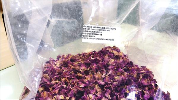 「英國藍」販售的「玫瑰冰茶」玫瑰花原料,竟驗出含有六種農藥殘留及五種殺蟲劑。(苗栗縣政府衛生局提供)