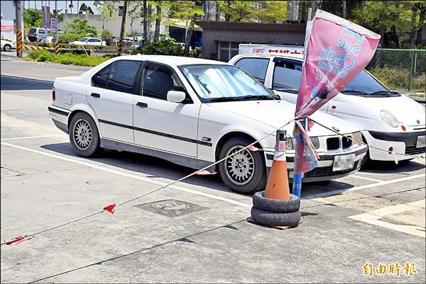 接送中油嘉義太保加油站林姓副站長上下班的BMW轎車。(記者吳世聰攝)