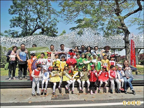 嘉義市政府環保局與公民團體在世界地球日辦理淨山、健走、賞鳥及手造紙教學等活動,傳達愛地球、環保觀念。(記者王善嬿攝)