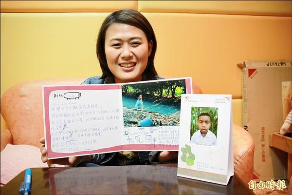 23歲的李筑筠認養一位9歲的柬埔寨貧童。(記者蘇金鳳攝)