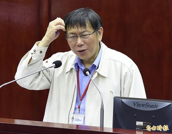 台北市長柯文哲下午到台北市議會對於施政報告備詢,表示自己常抓頭不是頭癢是頭痛。(記者陳志曲攝)