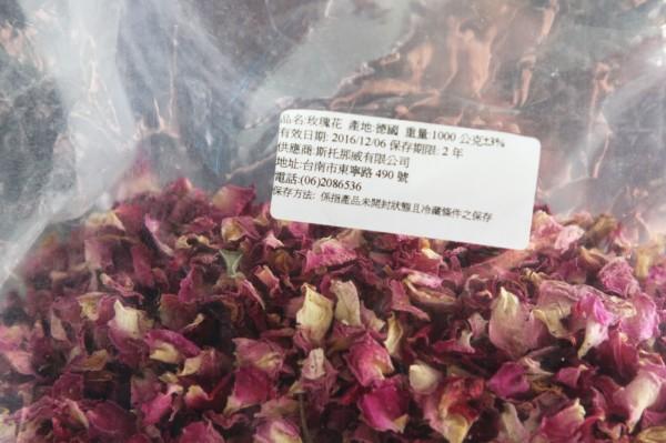 英國藍的玫瑰花瓣冰茶被驗出含有DDT,業者坦承疏失,表示原料進貨後並沒有清洗。(記者彭健禮攝)