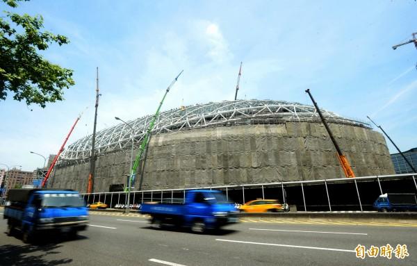 大巨蛋工程仍持續進行中,台北市政府16日將公佈大巨蛋安檢報告。(記者林正堃攝)