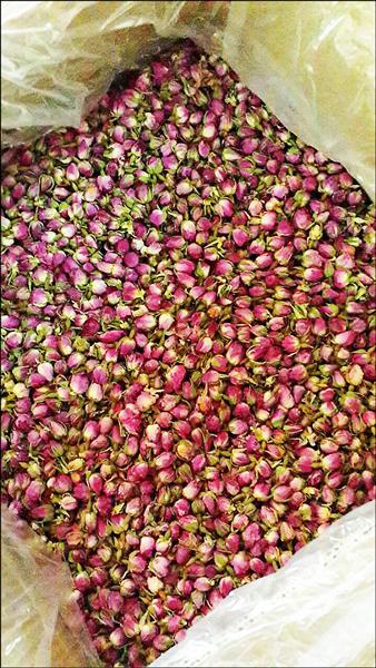 高市衛生局人員稽查原宜倉庫內的玫瑰花苞。(衛生局提供)