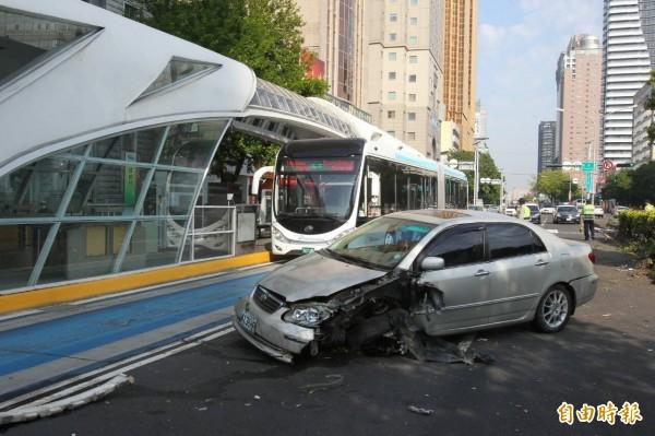自小客車頭左側被撞到凹陷,但一旁的BRT車道未受影響,照常行駛。(記者許國楨攝)